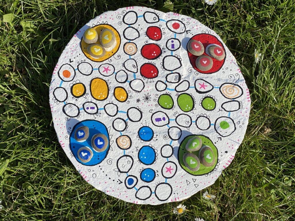 Spiel selber machen - auf einer Steinplatte